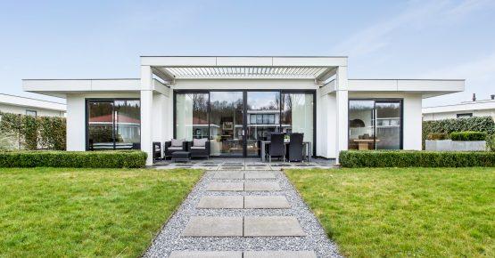 Luxe villa te koop aan het water